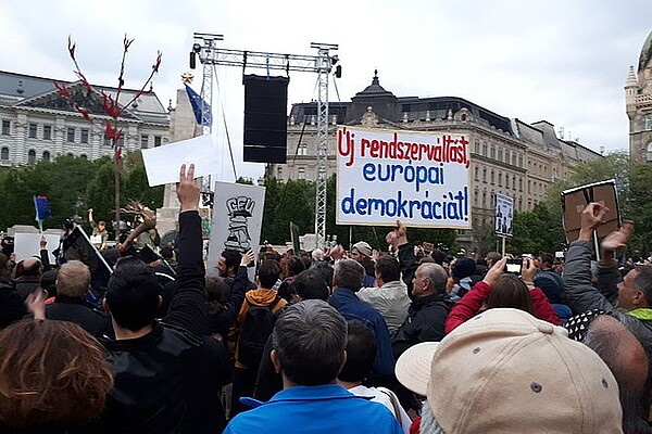 Author:  syp; URL: https://commons.wikimedia.org/wiki/File:Protest_New_change_of_regime_and_European_democracy_20170415_190014.jpg